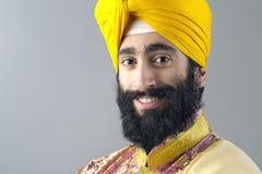 Porträt des indischen Sikhmannes mit buschigem Bart Lizenzfreie Stockfotos