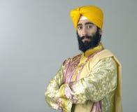 Porträt des indischen Sikhmannes mit buschigem Bart mit seinen Armen gekreuzt Stockbild