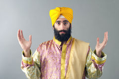 Porträt des indischen Sikhmannes mit seinen Händen angehoben Lizenzfreie Stockfotos