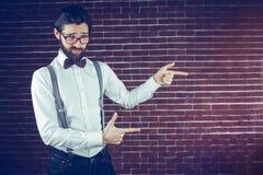 Porträt des intelligenten Hippie-Gestikulierens Lizenzfreie Stockfotos