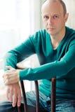 Porträt des intelligenten kahlen Mannes, der ein gestreiftes Hemd trägt lizenzfreies stockfoto