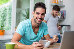 Porträt des intelligenten netten Mannes, der Telefon verwendet lizenzfreies stockfoto