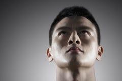 Porträt des intensiven jungen Mannes, nur Gesicht stockfotos