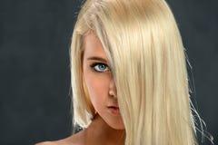 Porträt des jugendlich Mädchens mit dem Haar über Gesicht lizenzfreie stockbilder