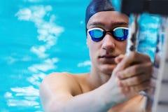 Porträt des Jugendlichathleten, der eine Anfangsplattform hält stockbilder