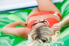 Porträt des Jugendlichen ein Sonnenbad nehmend Lizenzfreies Stockfoto