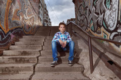 Porträt des Jugendlichjungen herein draußen stockbild