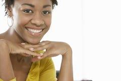 Porträt des junge Frauen-Lächelns lizenzfreies stockfoto