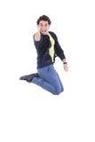 Porträt des jungem ausdrucksvollem kaukasischem Mannspringens der Freude lizenzfreie stockfotos