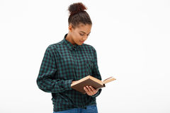 Porträt des jungen afrikanischen Mädchens mit Buch über weißem Hintergrund Stockbilder