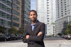 Porträt des jungen AfroamerikanerGeschäftsmannes, der scharf und überzeugt schaut Lizenzfreies Stockfoto