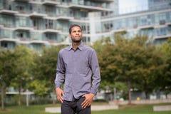 Porträt des jungen Afroamerikanermannes im Wohn-neighborho Lizenzfreie Stockfotografie