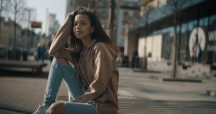 Porträt des jungen Afroamerikaners auf jemand wartend, draußen Stockbild