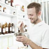 Porträt des jungen Apothekers Medizin vorbereitend lizenzfreies stockfoto