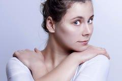Porträt des jungen attraktiven kaukasischen Mädchens auf grauem Hintergrund Mildern Sie Blick der Schönheit Lizenzfreies Stockfoto