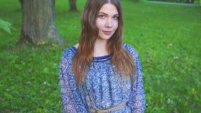 Porträt des jungen attraktiven Mädchens mit einem schönen Lächeln das Modell betrachtet Kamera und das Lächeln Mädchen in einem h stock video
