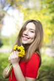 Porträt des jungen attraktiven Mädchens mit Grübchen lächeln und Blicke a stockfotografie