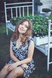 Porträt des jungen attraktiven Mädchens mit Grübchen lächeln und Blicke a lizenzfreie stockfotos