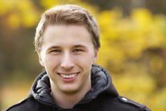 Porträt des jungen attraktiven Mannes im Freien Stockbilder