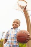 Porträt des Jungen auf Basketballplatz Stockfoto