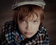 Porträt des Jungen auf braunem Hintergrund, Studio Lizenzfreie Stockfotos