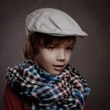Porträt des Jungen auf braunem Hintergrund, Studio Stockfotos