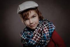 Porträt des Jungen auf braunem Hintergrund, Studio Lizenzfreies Stockfoto