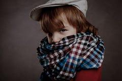Porträt des Jungen auf braunem Hintergrund, Studio Stockfotografie