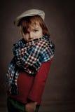 Porträt des Jungen auf braunem Hintergrund, Studio Lizenzfreies Stockbild