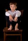Porträt des Jungen auf einem schwarzen Hintergrund Stockbilder
