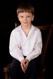 Porträt des Jungen auf einem schwarzen Hintergrund Lizenzfreie Stockbilder