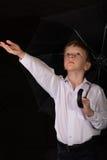 Porträt des Jungen auf einem schwarzen Hintergrund Lizenzfreie Stockfotos