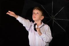 Porträt des Jungen auf einem schwarzen Hintergrund Stockbild