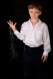 Porträt des Jungen auf einem schwarzen Hintergrund Lizenzfreie Stockfotografie