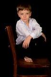 Porträt des Jungen auf einem schwarzen Hintergrund Lizenzfreies Stockfoto