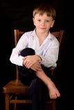 Porträt des Jungen auf einem schwarzen Hintergrund Stockfotos
