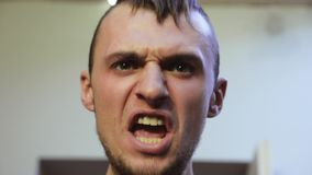 Porträt des jungen bärtigen Mannrufs auf jemand hinter Kamera zorn schreien kreischen stock video footage