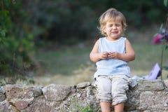 Porträt des jungen Babys Gesichter machend lizenzfreie stockbilder