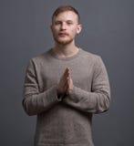 Porträt des jungen betenden Mannes Stockfoto