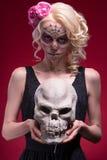 Porträt des jungen blonden Mädchens mit Calaveras-Make-up Lizenzfreies Stockbild