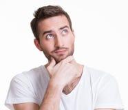 Porträt des jungen denkenden Mannes schaut oben. lizenzfreie stockfotografie