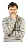 Porträt des jungen denkenden Mannes schaut vorder Stockfoto