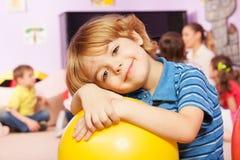 Porträt des Jungen in der Kindergartengruppe Stockfoto
