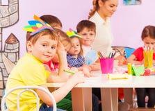 Porträt des Jungen in der Kindergartengruppe Lizenzfreie Stockfotos