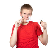Porträt des Jungen des Jugendlichen mit dem Rasiermesser und eine kleine Bürste in den Händen Lizenzfreie Stockfotos