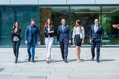 Porträt des jungen erfolgreichen Geschäfts Team Outside Office lizenzfreies stockbild