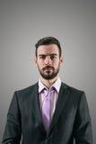 Porträt des jungen ernsten Geschäftsmannes mit intensivem Blick auf Kamera Stockbilder