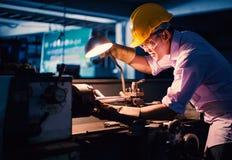 Porträt des jungen Erwachsenen erfuhr industrielle asiatische Arbeitskraft über Industriemaschinerie Stockbilder
