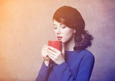 Porträt des jungen erwachsenen Mädchens mit Tasse Kaffee oder Tee Stockfotografie