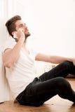 Porträt des jungen Erwachsenen unter Verwendung des Telefons Stockfotos